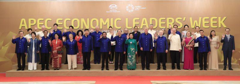 Chào mừng Hội nghị Cấp cao APEC lần thứ 25, tối 10/11/2017, tại Khách sạn Sheraton (Đà Nẵng), Chủ tịch nước Trần Đại Quang và Phu nhân tổ chức Tiệc chiêu đãi chào mừng các nhà Lãnh đạo APEC và Phu nhân. Trong ảnh: Chủ tịch nước Trần Đại Quang và Phu nhân chụp ảnh chung với Lãnh đạo các nền kinh tế thành viên APEC và Phu nhân. Ảnh: TTXVN